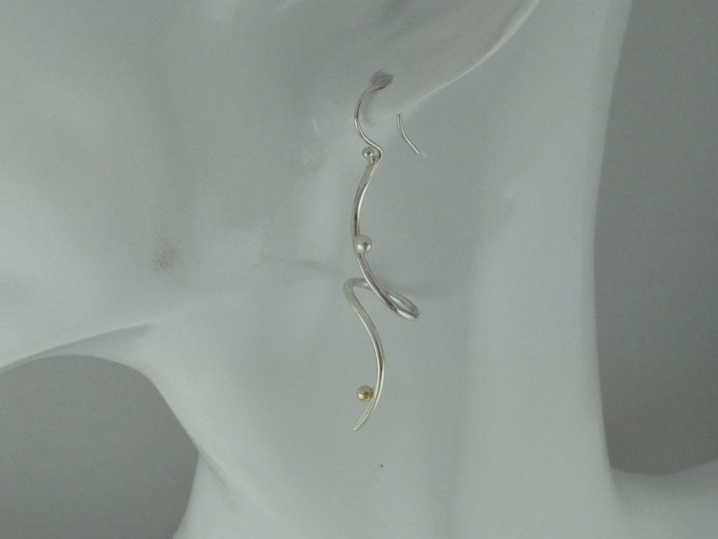 曲線モチーフのピアスcurved line motifed pierced earring